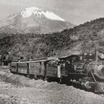 Ferrocarril con el Volcán Popocatépetl al fondo