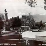 Monumento a Juarez los Volcanes  de Fuego y Nieve al fondo.