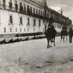 Soldados federales frente al Palacio Nacional, durante la Decena Trágica (1913)