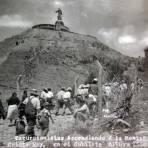 Excursionistas ascendiendo el cerro de Cristo Rey