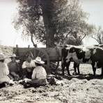 Rancheros tomando el desayuno.