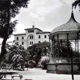 Jardin kiosko y hotel.