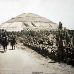 La piramide del sol con los Federales pasando Por el fotografo Hugo Brehme.