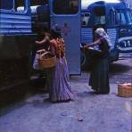 Tipos mexicanos Vendedoras de comida en una terminal de Autobuses Coatzacoalcos Veracruz(1965) - Coatzacoalcos, Veracruz