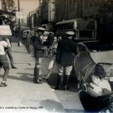 Agente de transito multando a  ciudadanos Ciudad de México 1968 por los fotografos Hermanos Mayo.