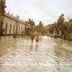 Aspecto desconsolador de la inundacion de avenida Madero ( Acaecida el 7 de Junio de 1926 ) en La Villa de Guadalupe Hidalgo .