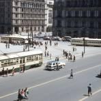 Tranvías frente al Zócalo (1956)