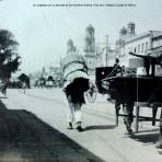 Un cargador por La avenida de los hombres ilustres ( Hoy ave. Hidalgo) Ciudad de México.