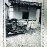 Escena callejera Oficina de Lacompania de telefonos Ericson de Taxco, Guerrero ( 1940 ).