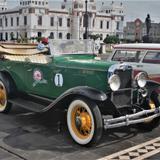 Autos clásicos en el malecón