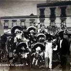Tipos mexicanos vendedores de Judas en semana santa.