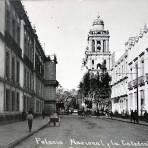 La Catedral y Palacio Nacional visto desde la calle de Moneda.