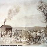 Mexicanos haciendo linea para cobrar su jornada Campo Corralitos, Casas Grandes, Chihuahua, Mexico Fechada el 19 de Agosto de 1916.