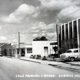 Calle principal y banco.