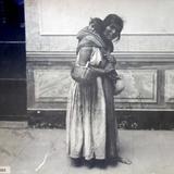 Tipos Mexicanos Mujer con su bella carga por Fotógrafo Jacobo Granat.