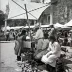 Tipos Mexicanos vendedoras de manzanas en La Villa de Guadalupe..