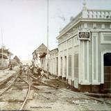 Trabajadores en las vias del ferrocarril y Casa del comerciante y comisionista en buques Manzanillo, Colima.