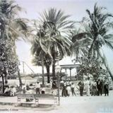 Familias posando para la foto en la plaza de Manzanillo, Colima .