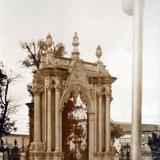 Puerta sur y atrio de La Parroquia.