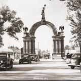 Calle Pino Suárez y Arco de la Independencia