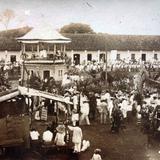 Lugar desconocido un dia festivo en La Plaza principal.
