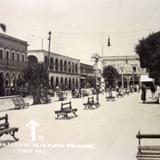 A un costado de La Plaza principal.