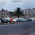 A un costada delSagrario El Zocalo Ciudad de México 1957 .