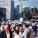Escena callejera frente al Palacio de Bellas Artes Ciudad de México ( 1957 ).