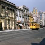 Comercios y tranvía en Avenida Puente de Alvarado (1954)