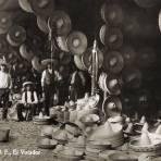 Vendedores de sombreros en el mercado del Volador (c. 1910)