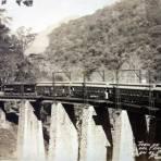 Tren de pasajeros en el puente de Metlac.