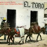 Arrieros frente a una pulquería llamada El Toro