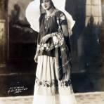 Tipos Mexicanos Una hermosa Tehuana en traje tipico. ( Circulada el 6 de Junio de 1928 ).