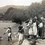 Damitas Jalicienses cargando agua ( Circulada el 17 de Agosto de 1925 ).