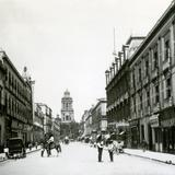 Avenida 5 de Mayo, con una de las torres de la catedral al fondo
