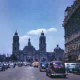 Avenida 20 de Noviembre, con vista al Zócalo y Catedral (1946)